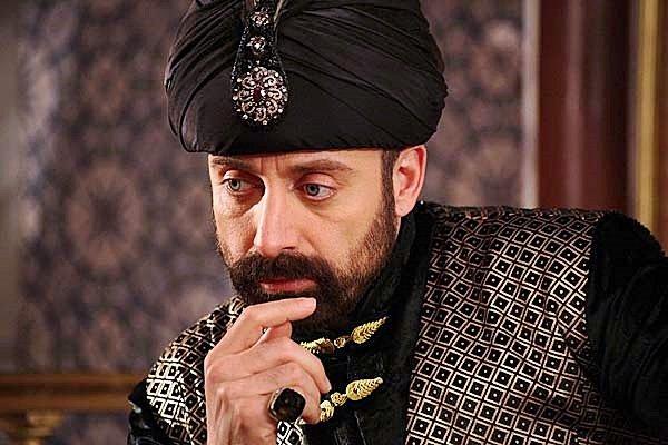 Какой актер озвучивал Султана Сулеймана
